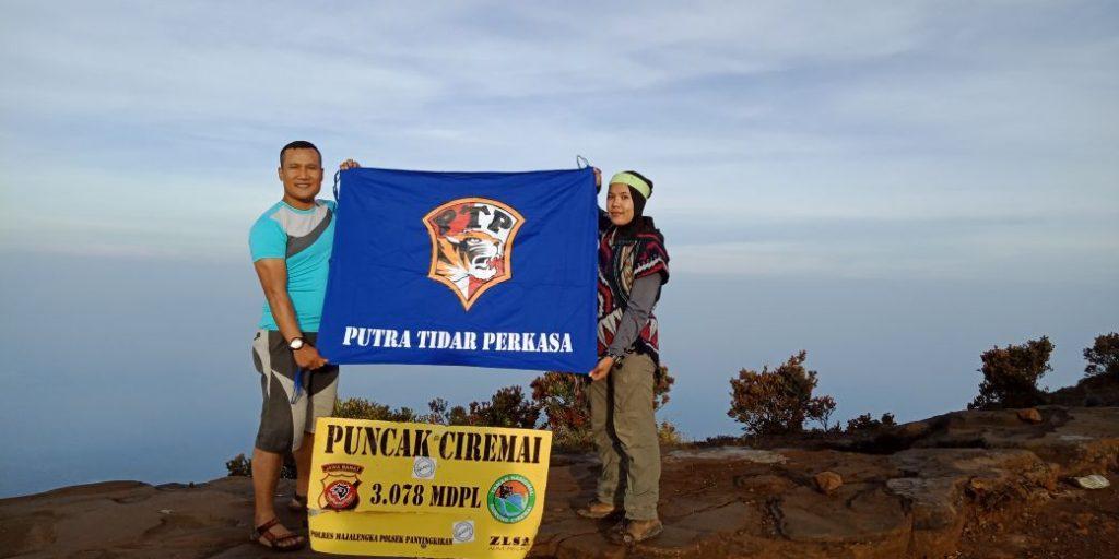 Bendera PT. Putra Tidar Perkasa berkibar di Puncak Gunung Ceremai