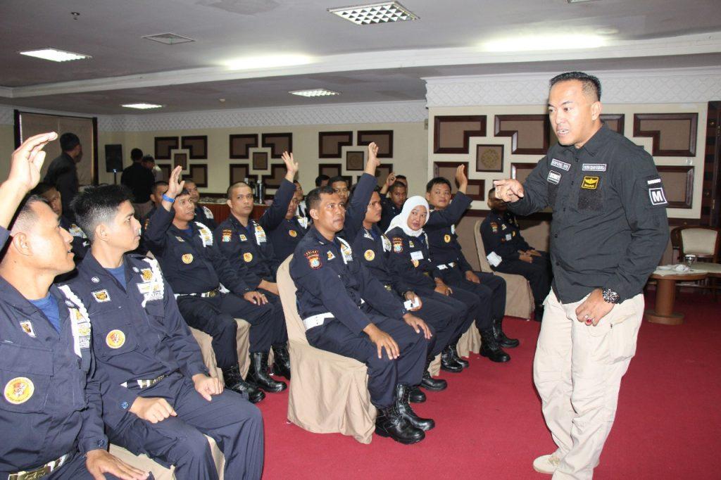 Dwifung WS. memberikan arahan kepada peserta pelatihan gada Pratama