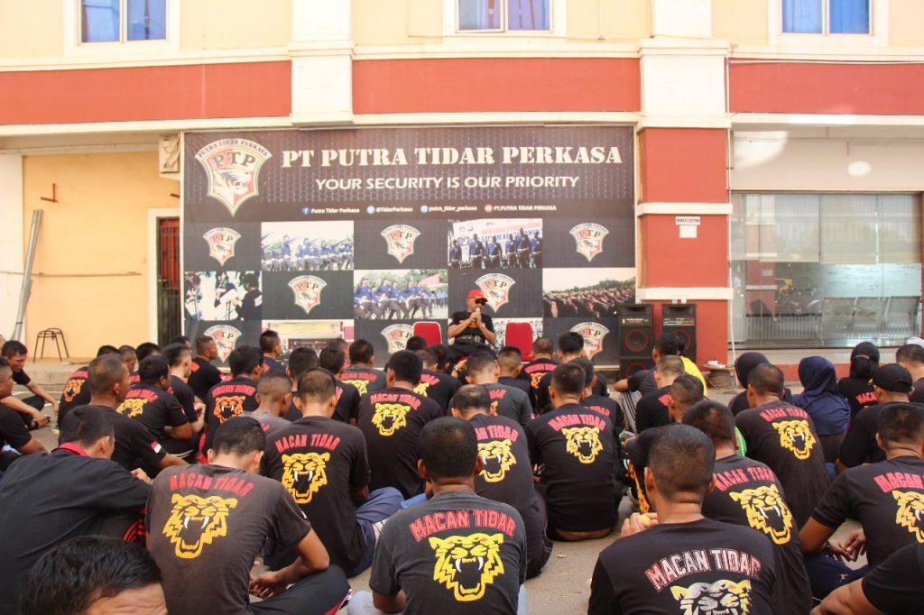Komisaris Utama Mayjen (Purn) H. Sudiyono PS memberikan arahan kepada personel Satpam PTP