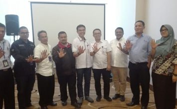 penerimaan penghargaan terhadap perusahan yang menjalankan Program Pencegahan HIV AIDS_