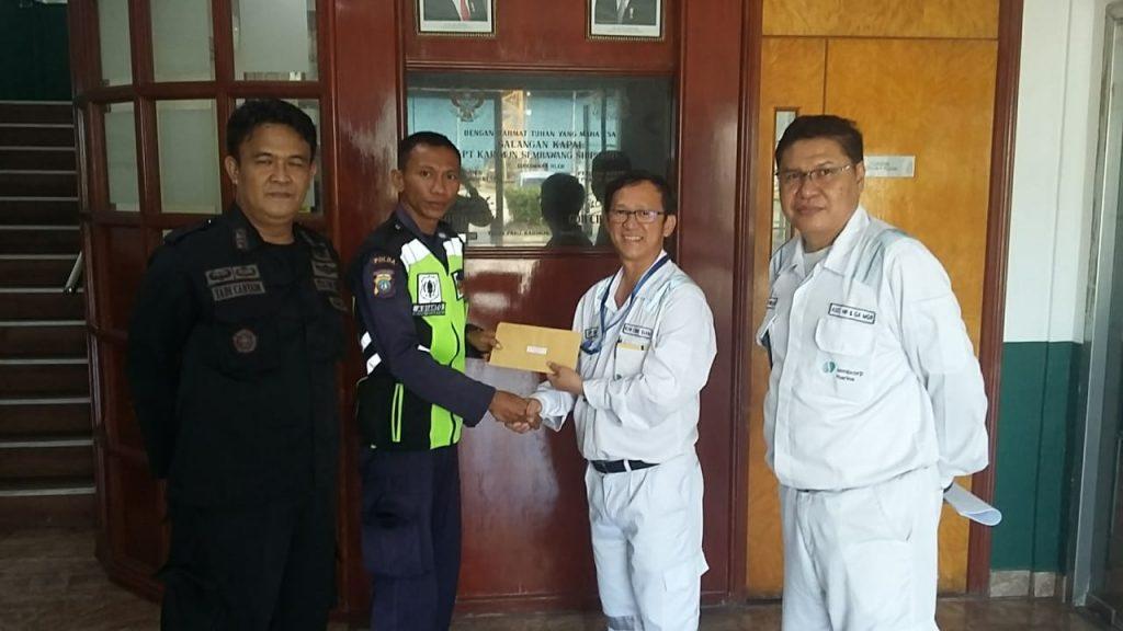 Penyerahan penghargaan kepada Satpam PTP karna berhasil menangkap pencuri besi