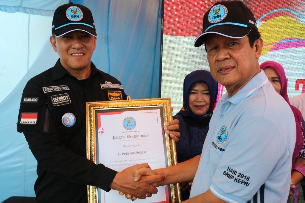 Direktur Utama PT. Putra Tidar Perkasa menerima penghargaan BNNP Kepri yang diberikan oleh Wakil Gubernur Kepri Isdianto