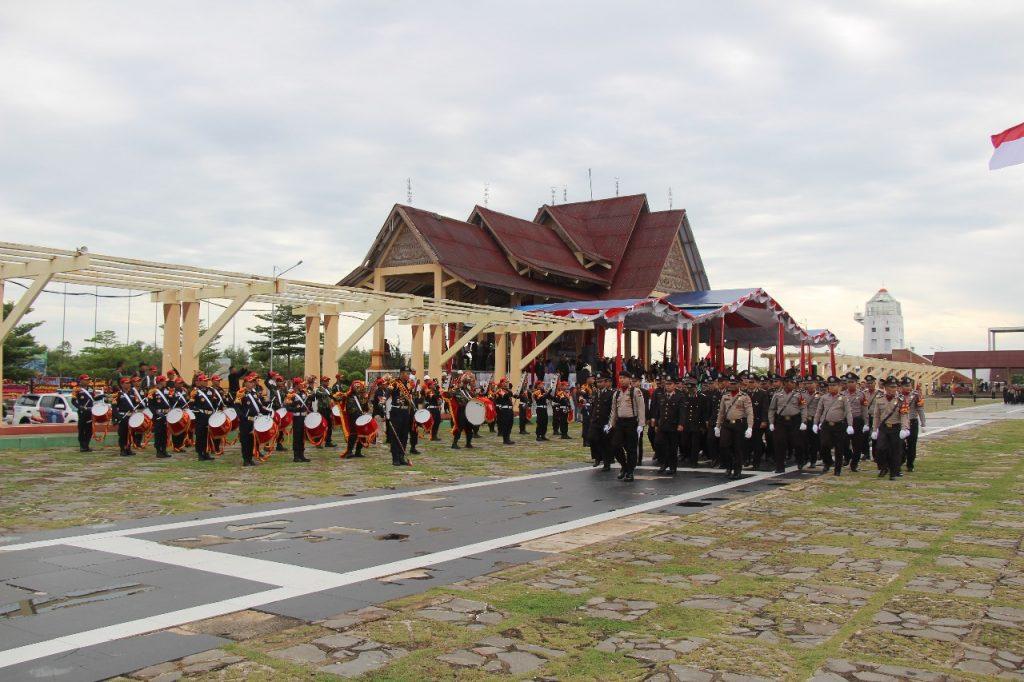 Drumband Satpam Canka Putra Perkasa mengiringi pasukan defile saat Hut Bhayangkara ke 72 di Tg Balai Karimun