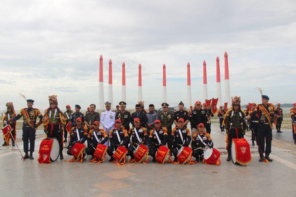 Foto bersama Kapolres Karimun dengan Drumband Satpam pertama di Indonesia Canka Putra Perkasa