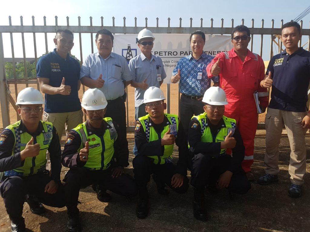 Foto bersama personil PT. Putra Tidar Perkasa dengan manajemen PT. PETRO PAPUA ENERGI