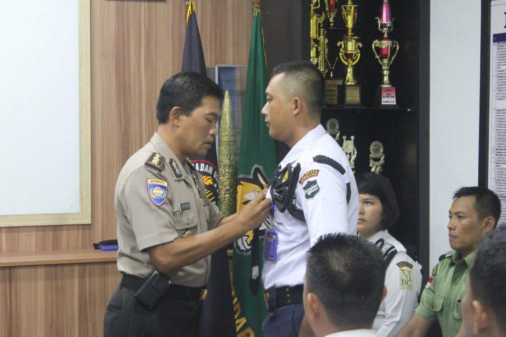 Penyematan tanda siswa Pelatihan Gada Pratama - PT. Putra Tidar Perkasa