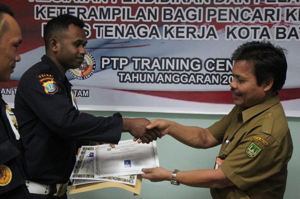Penyerahan Sertifikat Pelatihan dari Disnaker Kota Batam