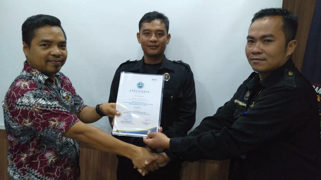 Penyerahan sertifikat kepada perwakilan peserta training port security guard