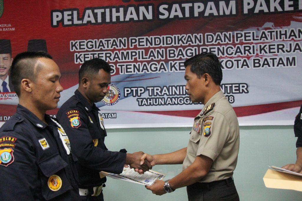 penyerahan sertifikat Gada Pratama oleh Kasubdit Satpam