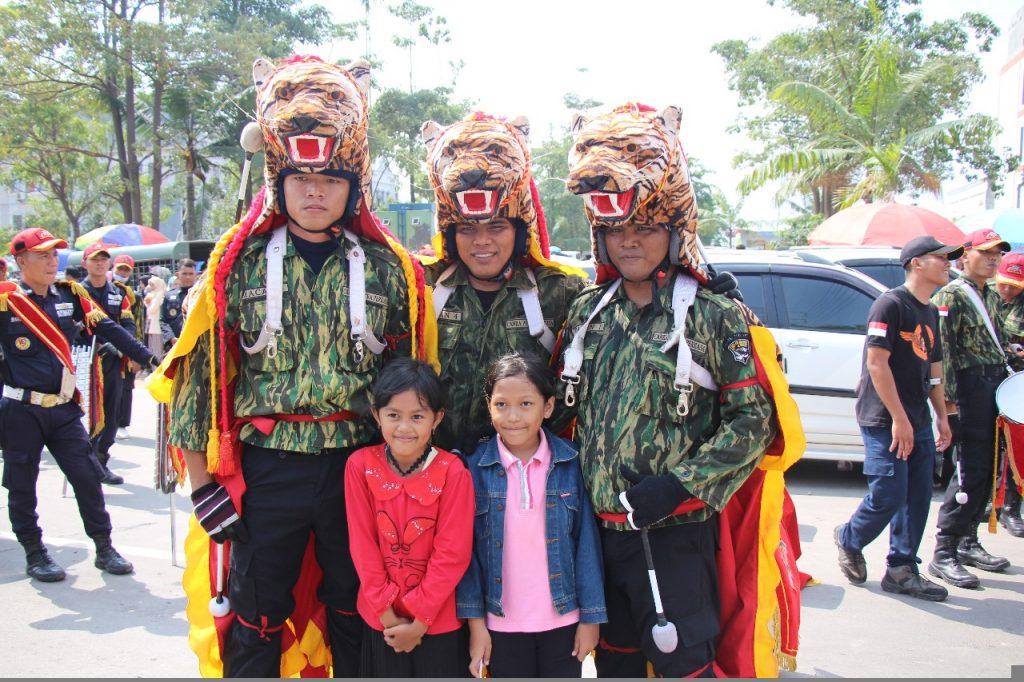 Anak-anak berfoto bersama personel Drumband Canka Putra Perkasa
