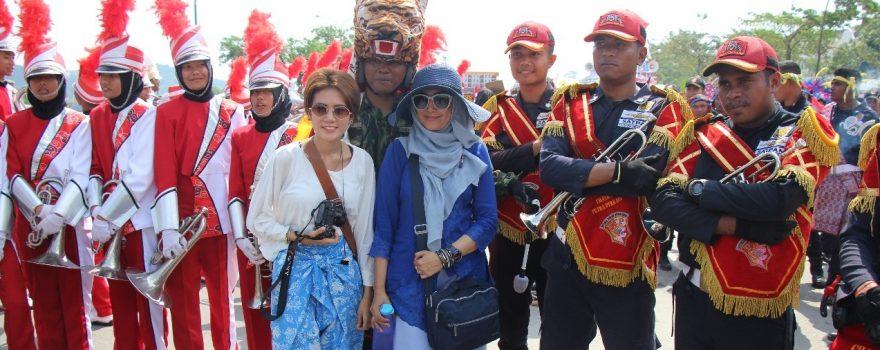 Ibu-Ibu berfoto bersama personel Drumband saat Pawai Kebudayaan -
