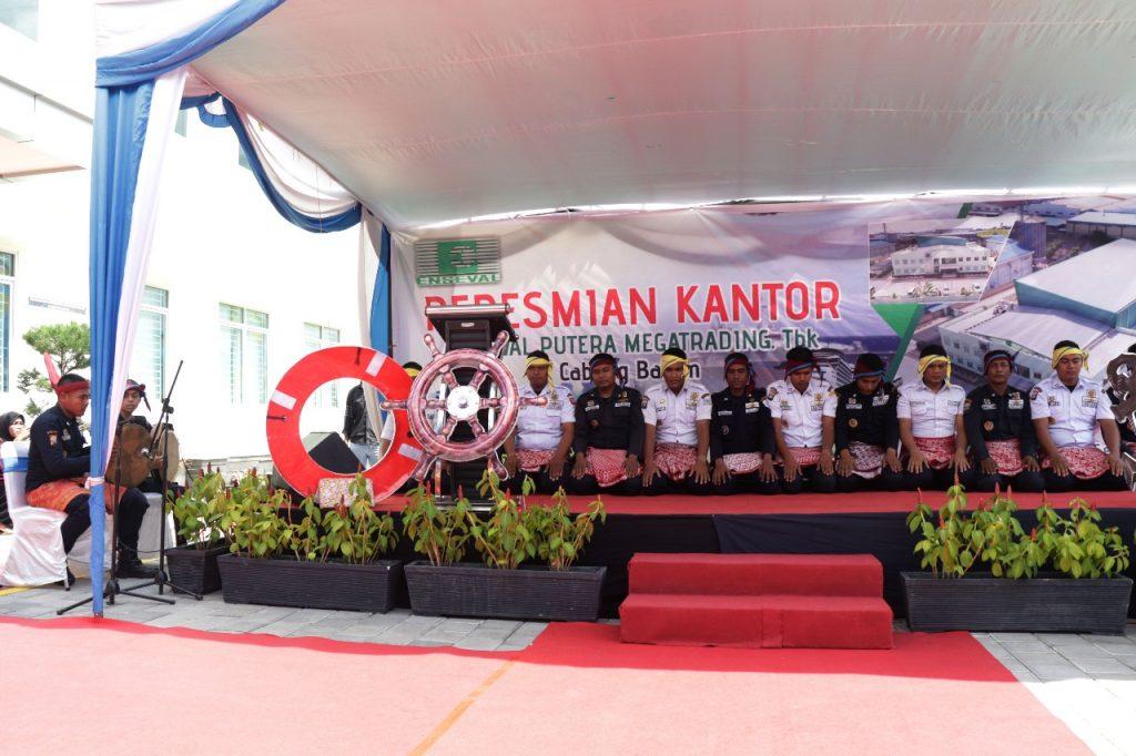 Tari Saman Likok Pulo tampil dalam acara peresmian kantor baru Enseval
