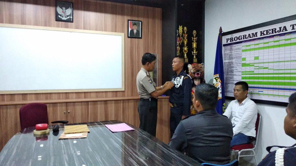 AKBP Rudi Syahriadi Idris melakukan penyematan tanda peserta Pelatihan Gada Madya