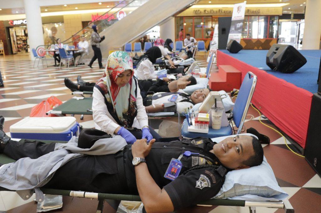 Satpam PTP ikuti Donor Darah di Mega Mall