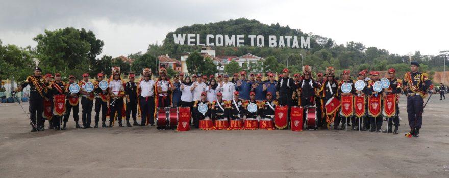 Drumband Canka Putra Perkasa berfoto dengan Kepala BNNP Kepri
