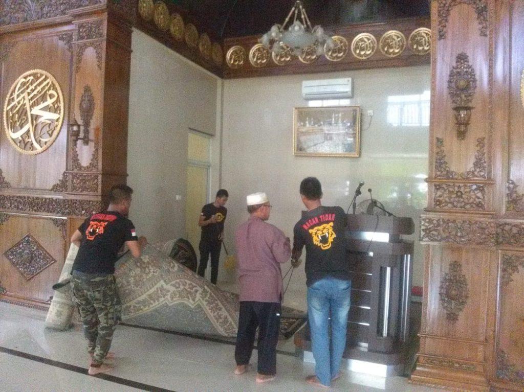 Satpam PTP bersihkan Mesjid dalam rangka HUT Satpam ke 38