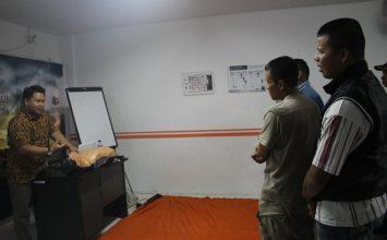 Instruktur menerangkan dalam pelatihan P3K