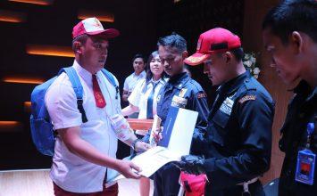 Satpam PTP menerima penghargaan dari Aston Hotel Batam