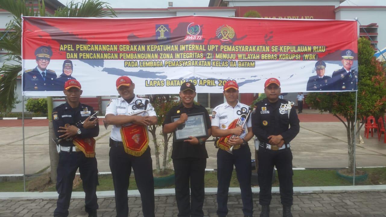 Drumband Canka Putra Perkasa meriahkan Lapas IIA Barelang, Apel Pencanangan Gerakan Kepatuhan Internal UPT Pemasyarakatan Se-Kepulauan Riau