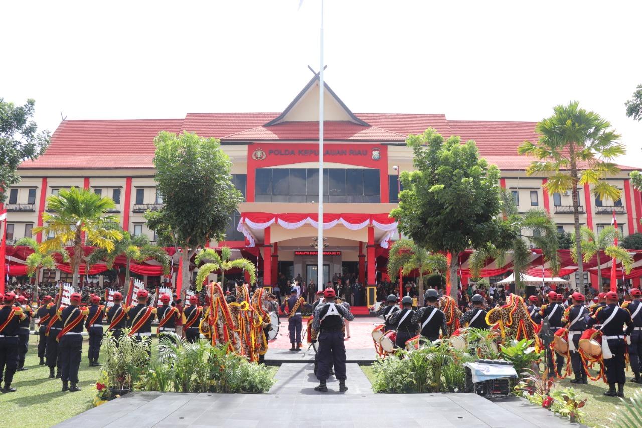Drumband Satpam buka Defile dalam Upacara HUT Bhayangkara ke 73 di Mapolda Kepri