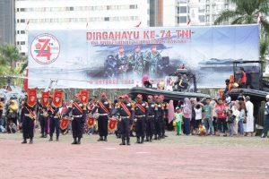 DRUMBAND SATPAM CANKA PUTRA PERKASA MERIAHKAN DAN IRINGI DEFILE PASUKAN PADA HUT KE-74 TNI DI BATAM