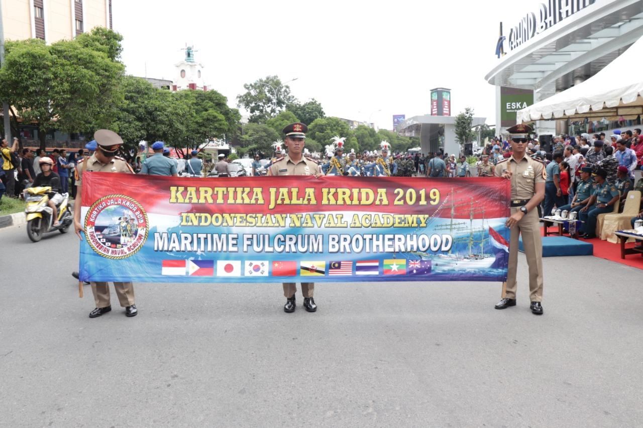 Read more about the article Kirab Kota Kadet, Drumband Satpam CANKA PUTRA PERKASA bersama Drumband AAL GITA JALA TARUNA di Kota Batam