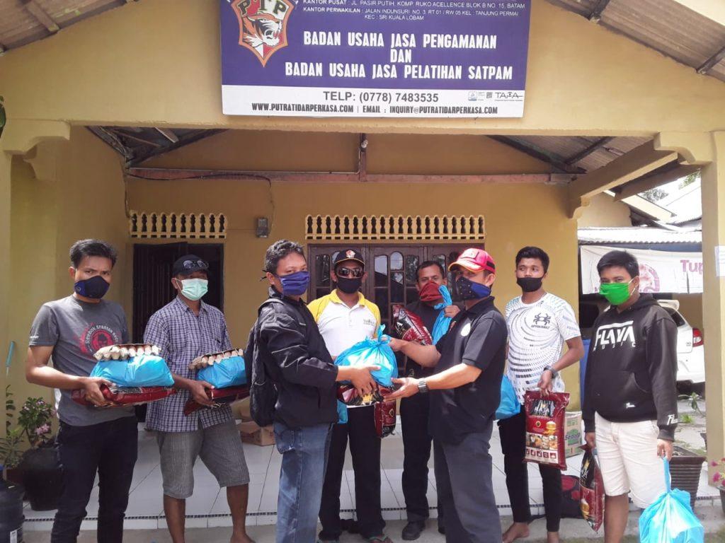 Penyerahan Sembako kepada personil Satpam PTP Bintan yang terkena dampak Covid-19