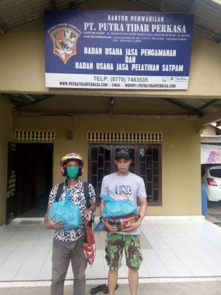 Penyerahan Sembako kepada personil Satpam PTP Bintan yang terkena dampak Covid-19 - 4