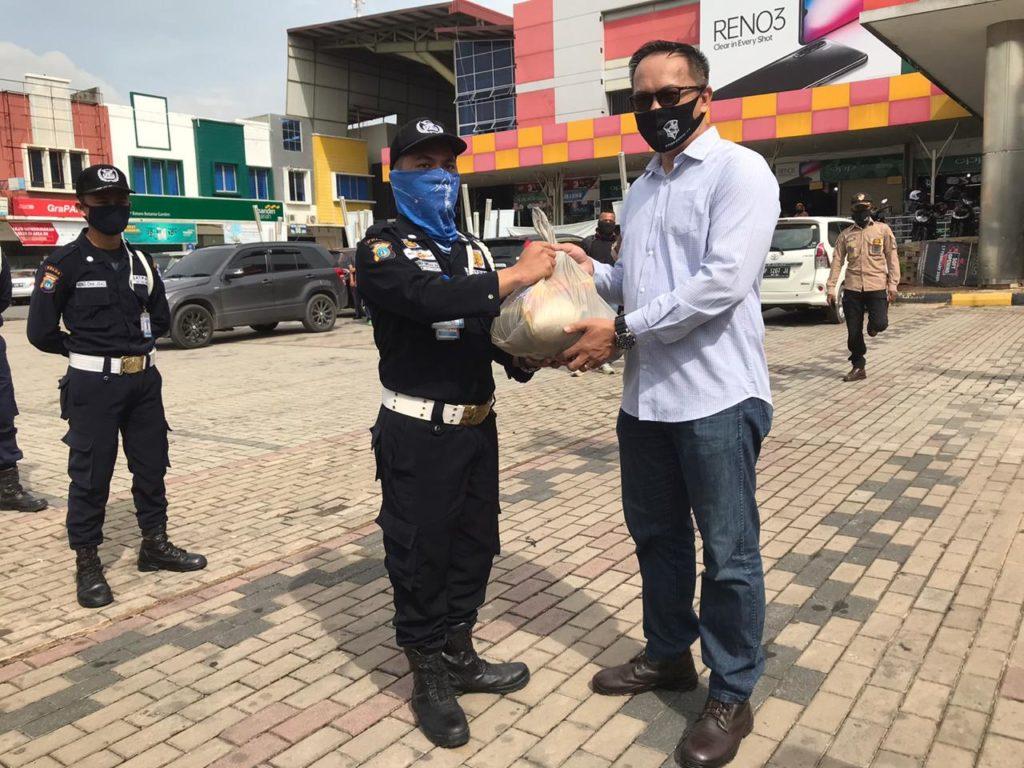 CEO Tidar Group menyerahkan Paket Sembako kepada Satpam