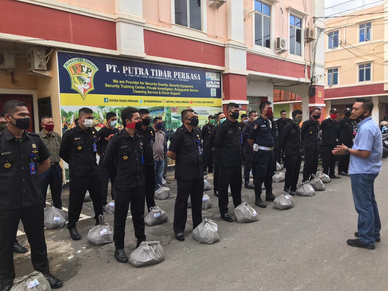 PTP Salurkan 90 Paket Sembako ke Satpam Terdampak Covid-19 dari Ditbinmas Polda Kepri, Abujapi dan APSI