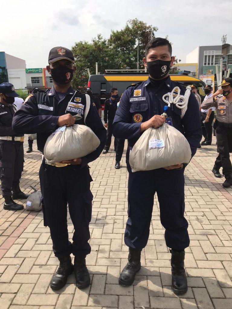 Satpam PTP menerima Paket Sembako dari Ditbinmas Polda Kepri