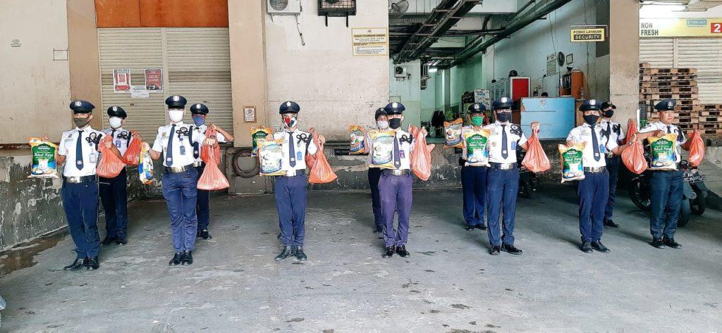 Satpam PTP menerima Paket Sembako dari Nagoya Hill Mall -