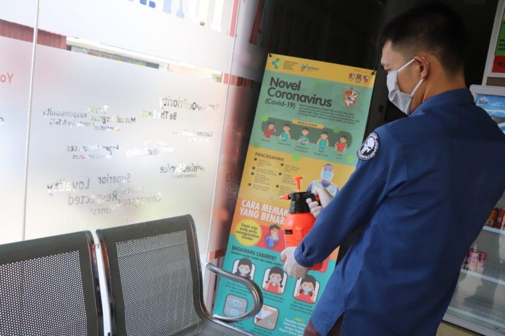 Kantor PTP rutin disemprot dengan cairan disinfektan