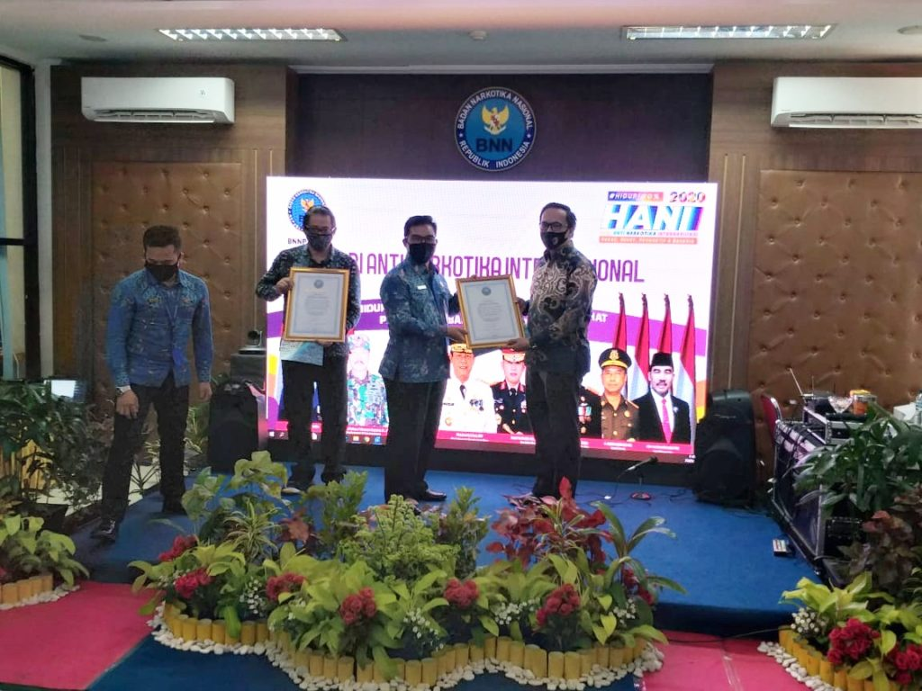 Putra Tidar Perkasa menerima penghargaan P4GN dari BNNP Kepri